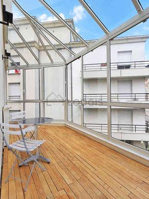 Superbe véranda de 12m² avec du parquet au sol et une vue sur rue