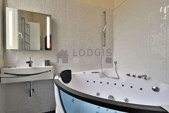 Belle salle de bain claire avec fenêtres double vitrage et du dallage au sol