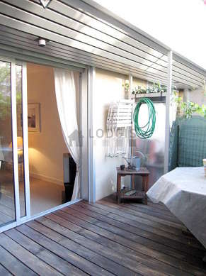 Terrasse lumineuse avec du parquet au sol