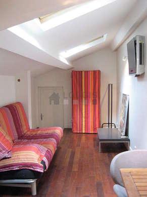 Séjour calme équipé de 1 canapé(s) lit(s) de 140cm, air conditionné, table basse, penderie