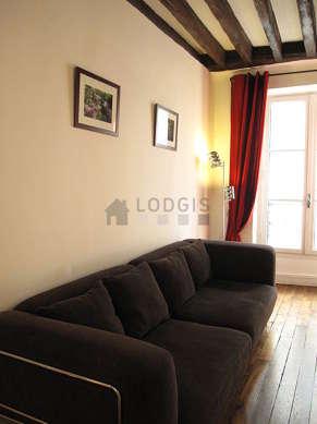 Séjour calme équipé de 1 canapé(s) lit(s) de 140cm, téléviseur, lecteur de dvd, 4 chaise(s)