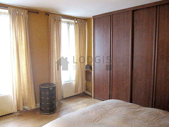 Bright bedroom equipped with fan, 1 chair(s)