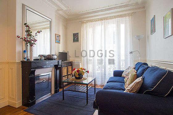 Séjour équipé de téléviseur, chaine hifi, armoire, 6 chaise(s)