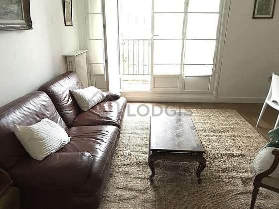 Séjour équipé de téléviseur, penderie, placard, 5 chaise(s)