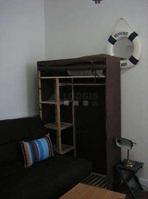 Séjour calme équipé de 1 canapé(s) lit(s) de 140cm, téléviseur, penderie