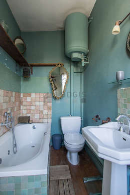 Beautiful and very bright bathroom with wooden floor