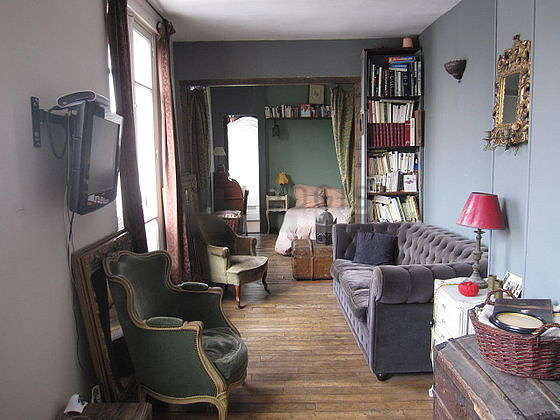 Very quiet living room furnished with tv, hi-fi stereo, 2 armchair(s)