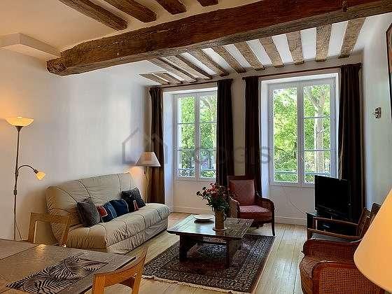 Séjour équipé de 1 canapé(s) lit(s) de 140cm, télé, chaine hifi, 4 chaise(s)