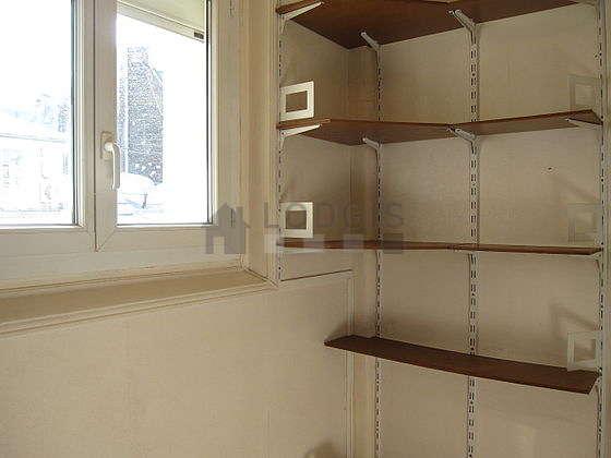 Bureau de 3m² avec du parquet au sol, équipé de etagère