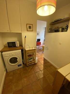 Superbe salle à manger avec du carrelage au sol pouvant accueillir jusqu'à 4 convives