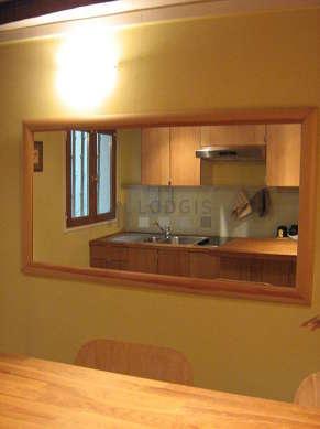 Cusine avec fenêtres double vitrage donnant sur cour