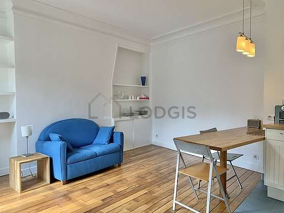 Séjour très calme équipé de 1 canapé(s) lit(s) de 80cm, téléviseur, placard, 3 chaise(s)