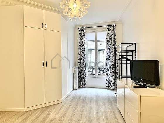Chambre de 16m² avec la moquette au sol