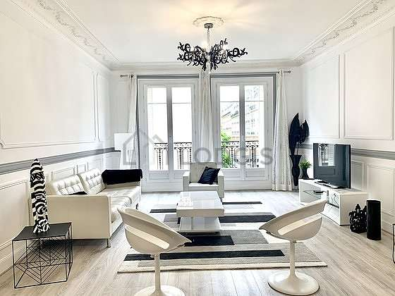 Grand salon de 21m² avec la moquette au sol