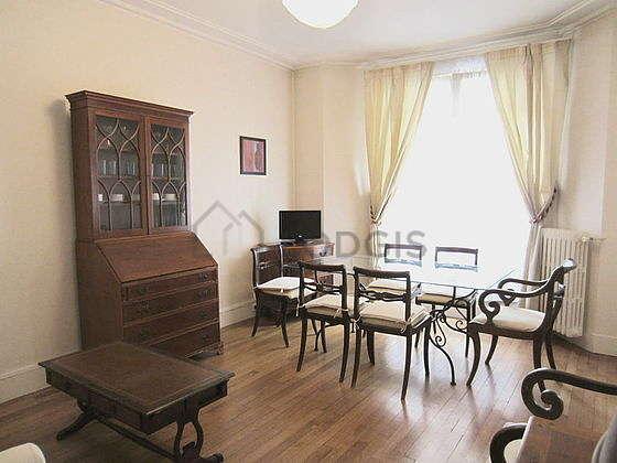 Séjour très calme équipé de 1 canapé(s) lit(s) de 140cm, téléviseur, 2 fauteuil(s), 5 chaise(s)