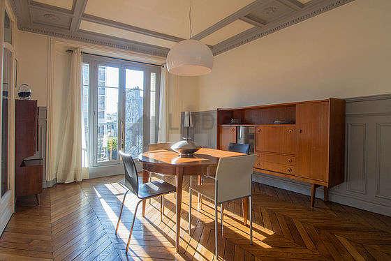 Salle à manger avec fenêtres double vitrage et balcon donnant sur rue