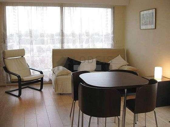 Séjour équipé de 1 canapé(s) lit(s) de 140cm, téléviseur, 1 fauteuil(s), 5 chaise(s)