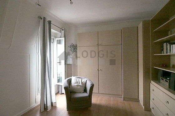 Séjour équipé de 1 lit(s) armoire de 160cm, téléviseur, chaine hifi, 2 fauteuil(s)