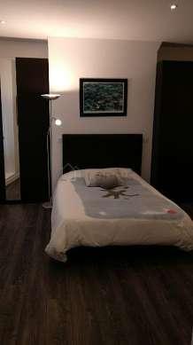 Séjour équipé de 1 canapé(s) lit(s) de 140cm, téléviseur, lecteur de dvd, placard