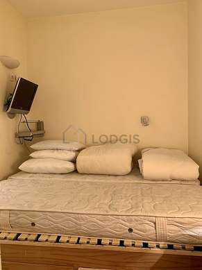 Bedroom of 10m² with the carpeting floor