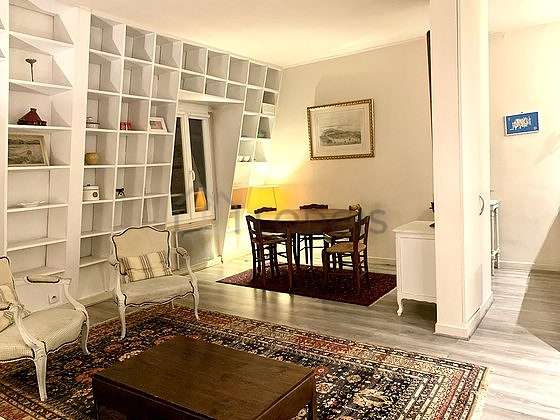 Large living room of 22m² with the carpeting floor