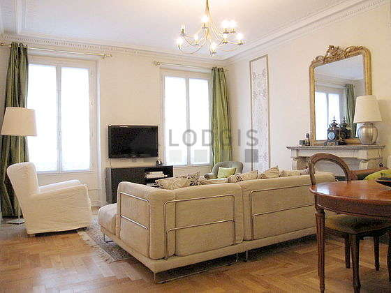 Large living room of 26m² with wooden floor