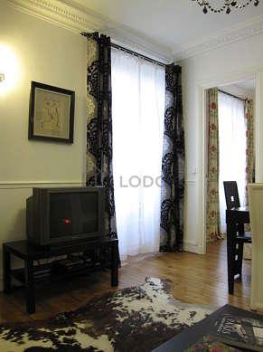 Séjour très calme équipé de 1 canapé(s) lit(s) de 140cm, téléviseur, lecteur de dvd, 4 chaise(s)