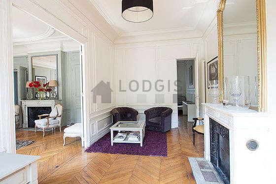 Très beau bureau avec du parquet au sol, équipé de 3 fauteuil(s)