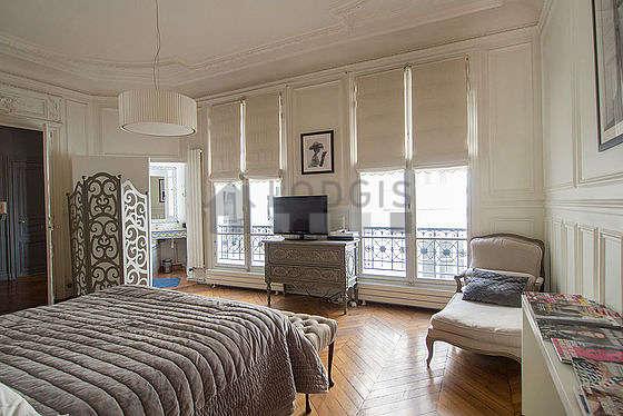 Chambre lumineuse équipée de téléviseur, 1 fauteuil(s), table de chevet