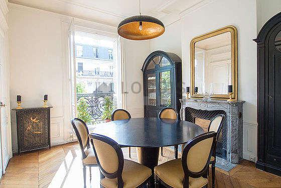 Belle salle à manger avec du parquet au sol pouvant accueillir jusqu'à 9 convives