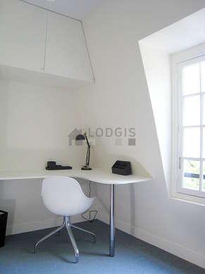 Beau bureau avec de la moquette au sol, équipé de bureau, placard, 1 chaise(s)