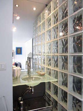Belle salle de bain avec de l' ardoise au sol
