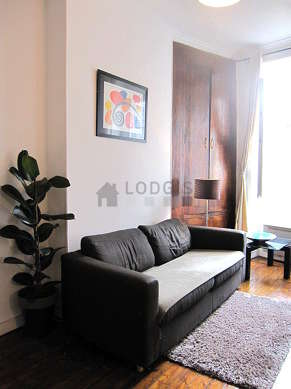 Séjour calme équipé de 1 canapé(s) lit(s) de 140cm, téléviseur, lecteur de dvd, placard